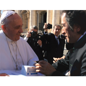 Immun'Âge handed to Pope Francis